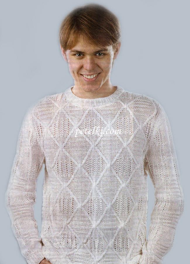 Белый пуловер с узором из ромбов.