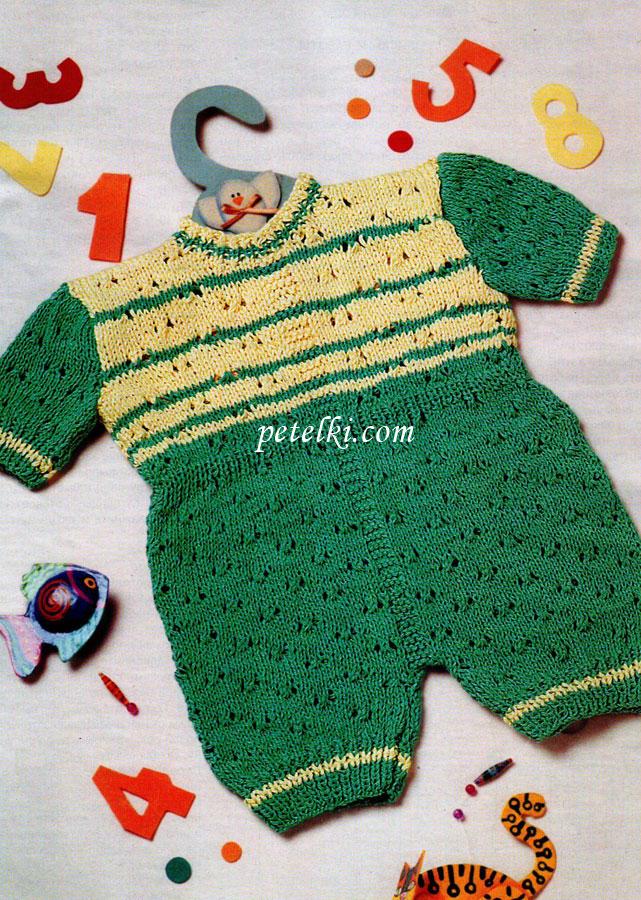 Двухцветный ажурный комбинезон для новорожденных связан спицами