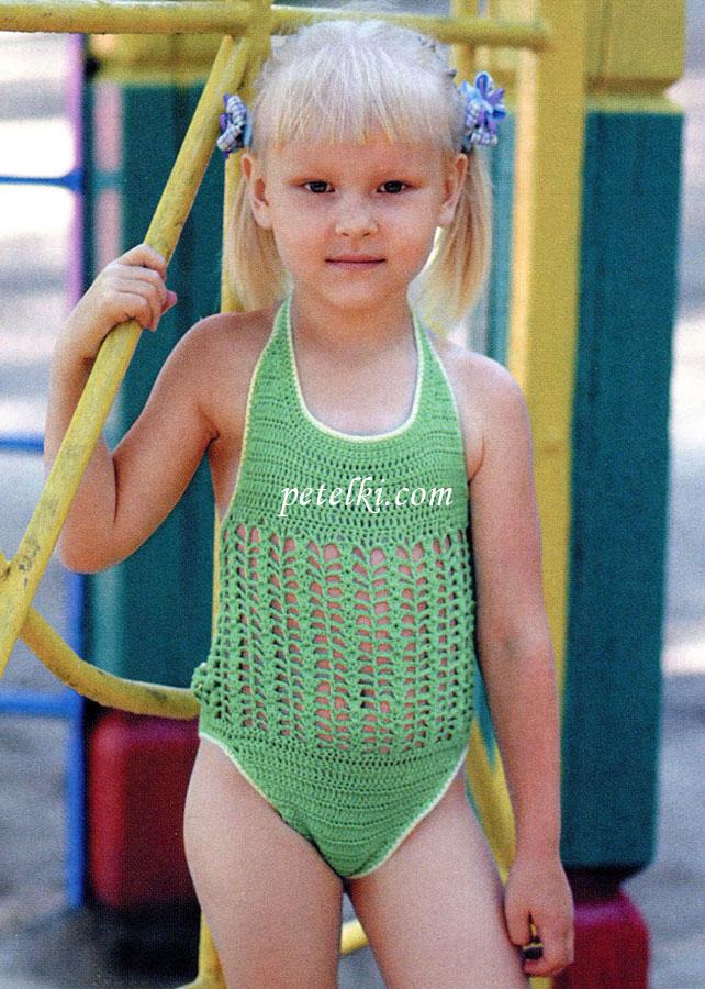 Яркий сплошной. вязаный купальник для девочки.  5 лет из зеленой хлопковой пряжи с добавлением метанита.