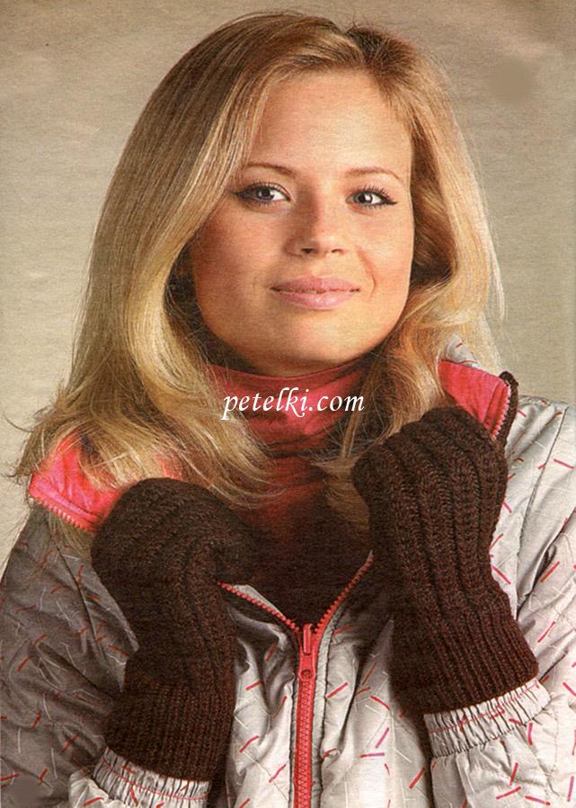 Вязаные перчатки на руках